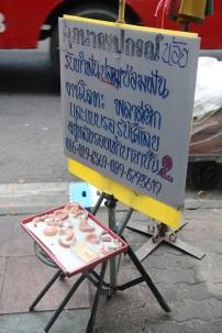 Dentiers en vente...! Je vous ai dit qu'on trouve de tout ici. Bangkok