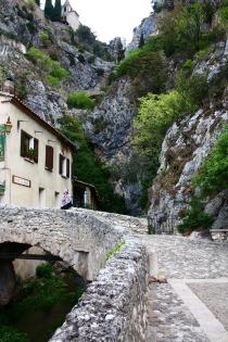 Sur le pont, la la la, Village de Moustier-Ste-Marie